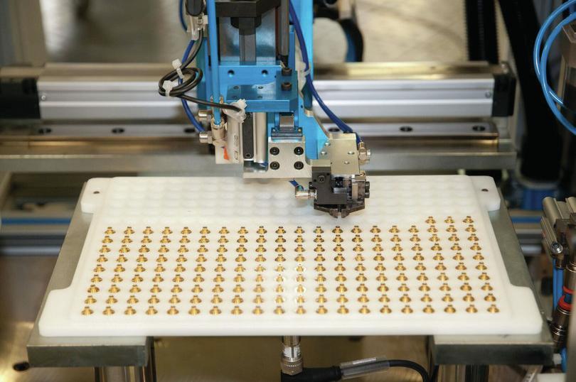 Processus automatiques d'assemblage: Moreno Soppelsa/Shutterstock.com