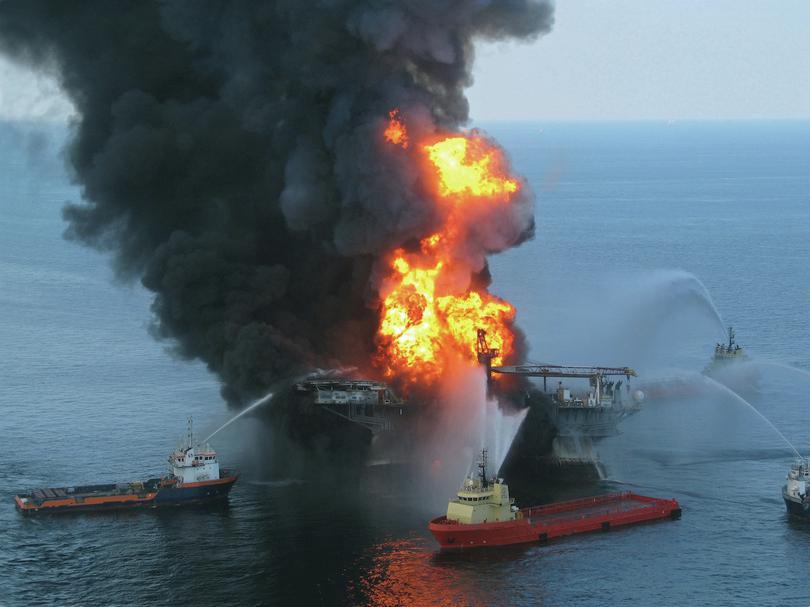 Plateforme pétrolière offshore en feu: avec l'aimable autorisation de l'U.S. Coast Guard (Garde côtière des États-Unis)