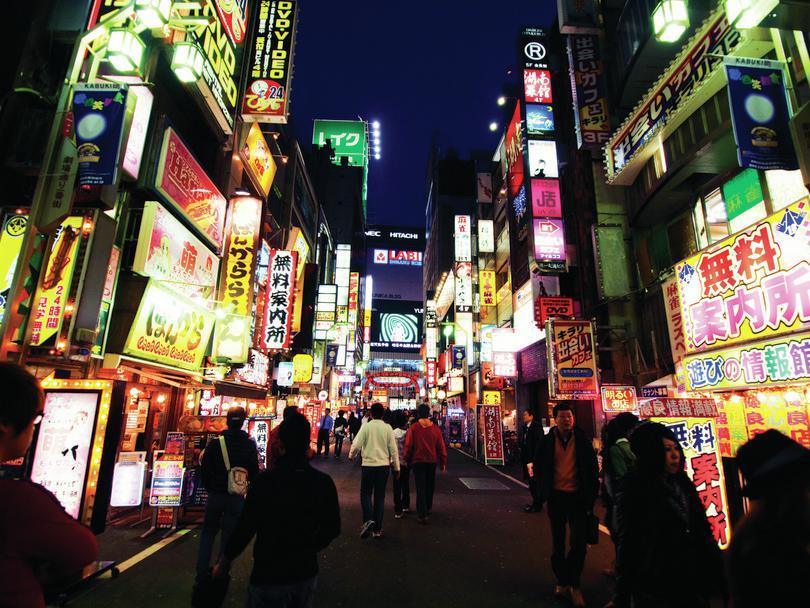 Shinjuku, Tokyo nightlife: Kevin Poh, https://goo.gl/kgS4Zi, licensed under CC BY 2.0